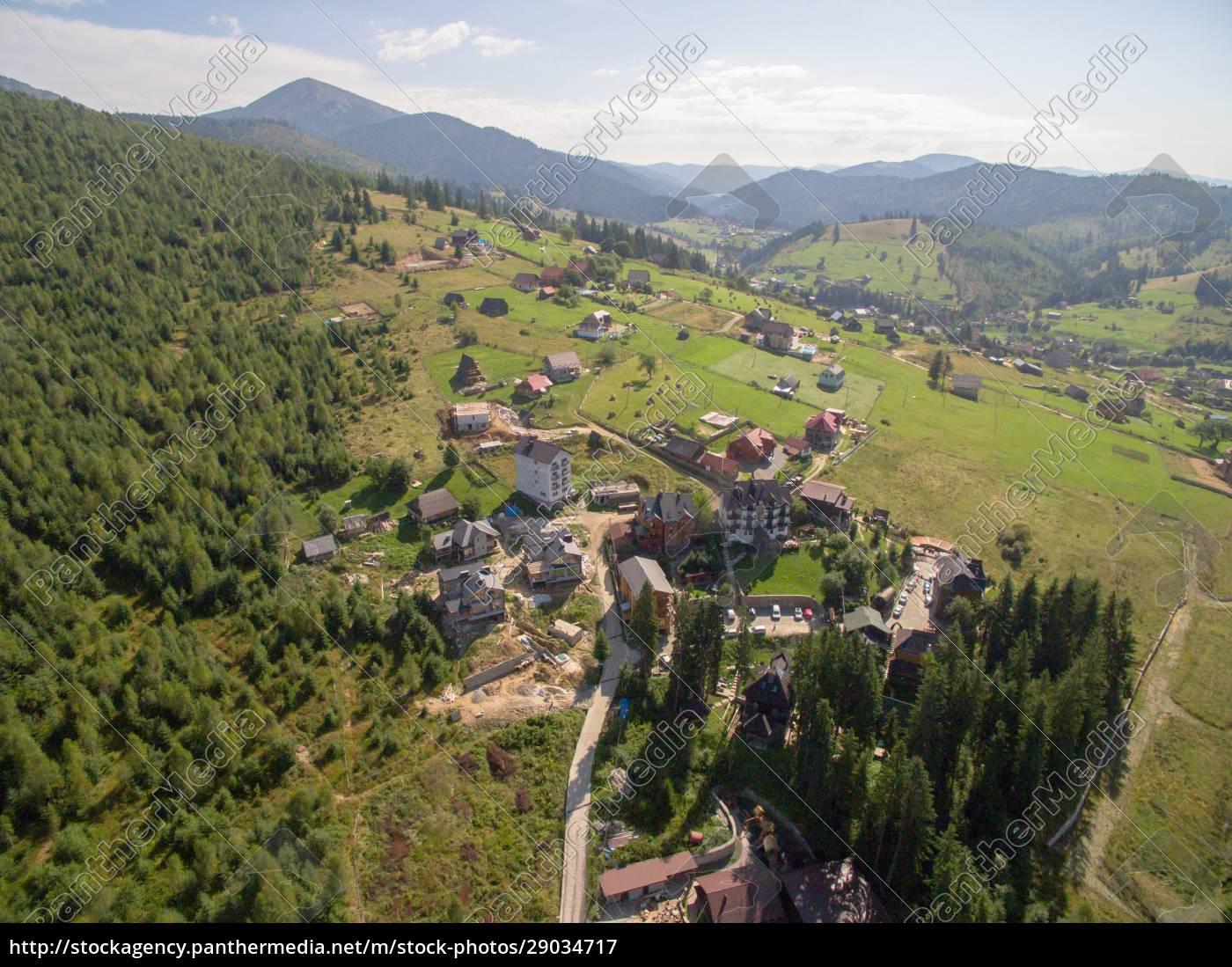 grüne, berge., viele, häuser, in, der - 29034717