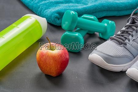 fitnessgeraete auf dunklem hintergrund
