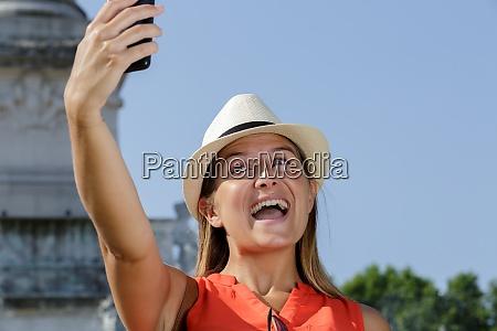 junge touristin beim selfie