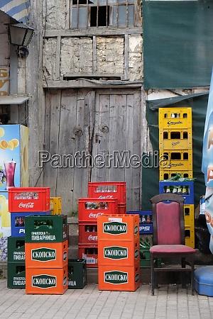 leerebier und softdrinkkisten vor einer bar