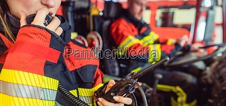feuerwehrfrau im dienst mit dem radio