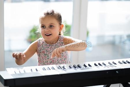 kind maedchen spielen musik keyboard klavier