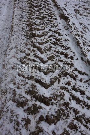 fahrzeugspuren auf verkehrswegen im winter