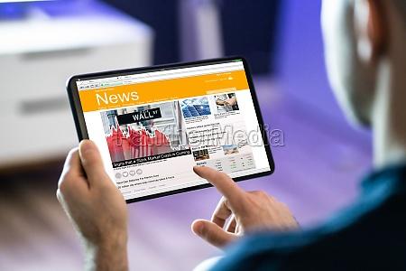 mann mit tablet computer lesen elektronische