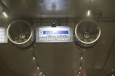 leitsystem und strassenmarkierung in einem tunnel