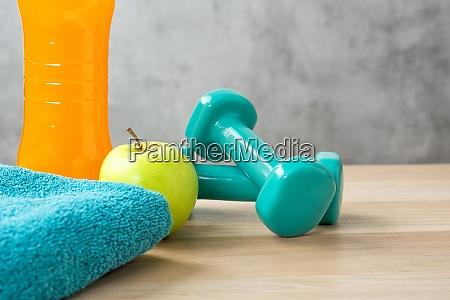 fitnessgeraete auf holzhintergrund