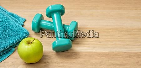 fitnessgeraete auf holzhintergrund mit copyspace