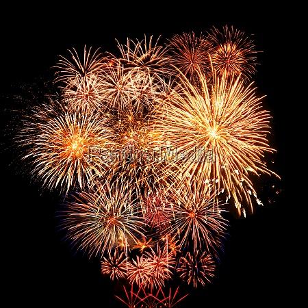 abstraktefarbige feuerwerk am dunklen himmel feier
