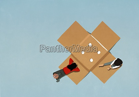 teenage maedchen entspannen auf grossen klebeverband