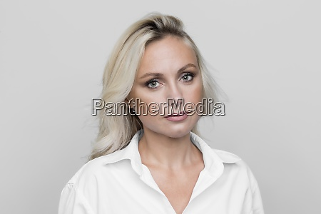 portraet zuversichtlich ernste blonde frau