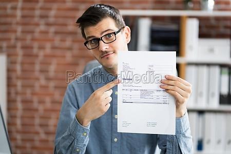 professioneller buchhalter zeigt verkaufssteuerrechnung an