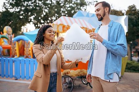 liebespaar isst zuckerwatte im vergnuegungspark