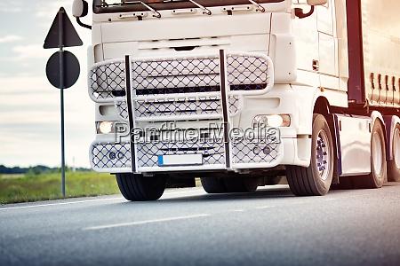 lastwagen bewegt sich am sonnigen abend