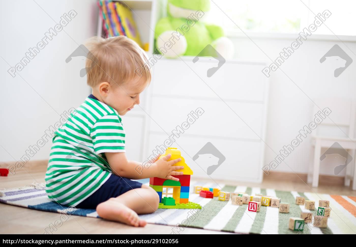 zweijähriges, kind, sitzt, mit, holzwürfeln, auf - 29102056