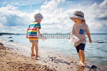 babygirl und babyboy sitzen am strand
