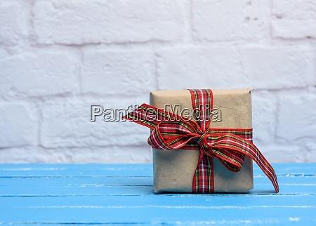 quadratische box mit einem geschenk in