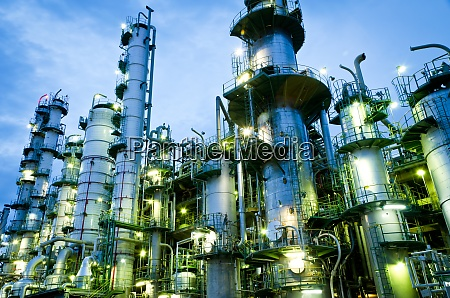 saeulenturm in petrochemischer anlage in der