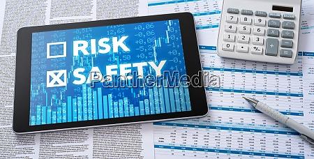 ein tablet mit finanzdokumenten risiko