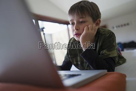 fokussierter junge e learning am laptop