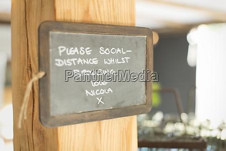 tafel sozial entsendezeichen in kleinem laden