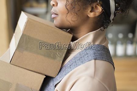 close up weibliche shop inhaberin mit