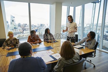geschaeftsmann leitet konferenzraum meeting im hochhausbuero