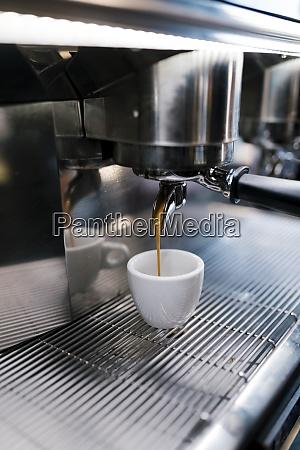 kaffee wird in tasse durch maschinen