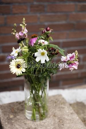 vase mit verschiedenen sommerblumen