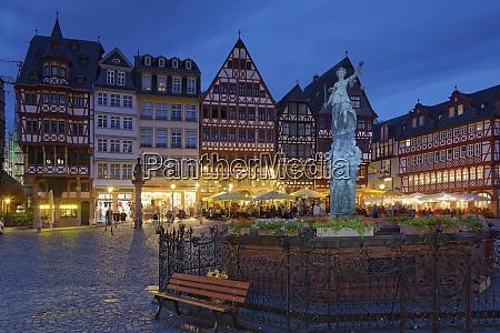 deutschland, hessen, frankfurt, romerberg, mit, gerechtigkeitsbrunnen, bei, nacht - 29116799