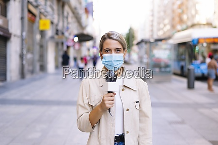 female, journalist, wearing, mask, with, microphone - 29116071