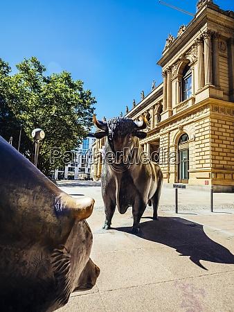 deutschland frankfurt stier und baerenbronzeskulpturen an
