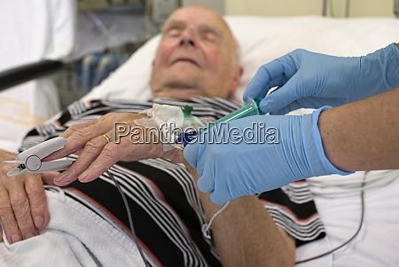 entnahme einer blutprobe von senior in