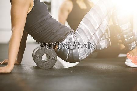 menschen im fitnessstudio mit schaumstoffwalze