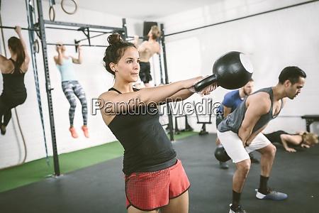 menschen im fitness studio training mit