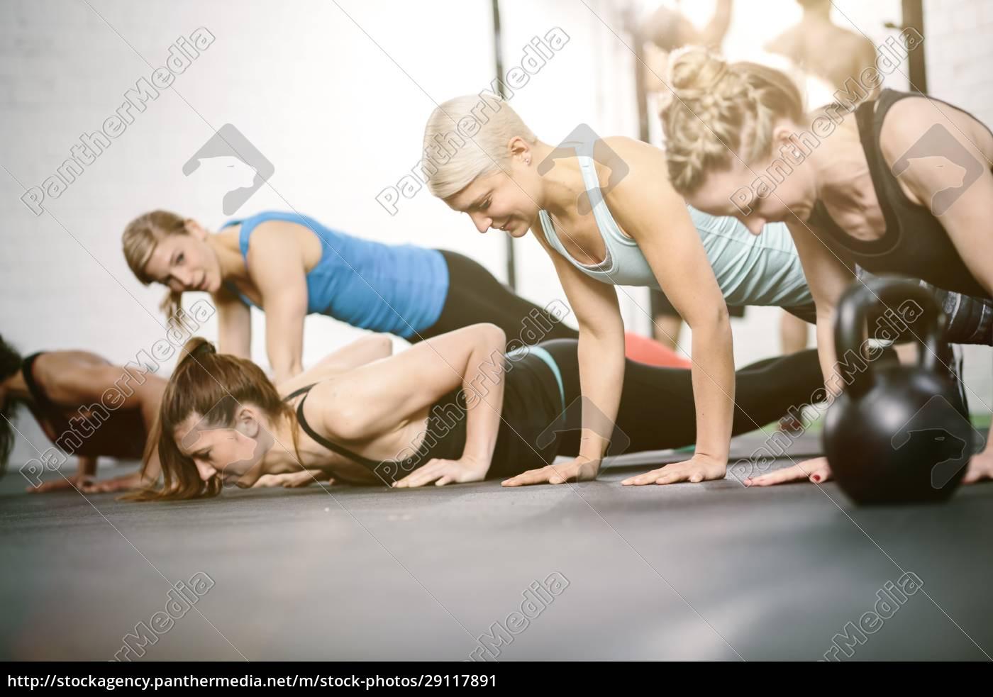 menschen, im, fitnessstudio, machen, push-ups - 29117891