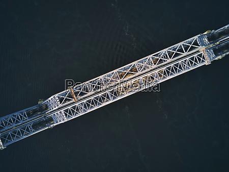 direkt ueber der metallischen eisenbahnbruecke ueber