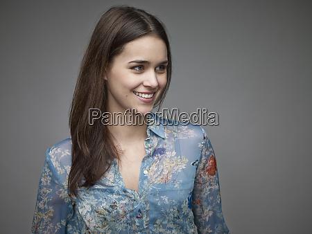 porträt, einer, lächelnden, jungen, frau, die, bluse - 29120307