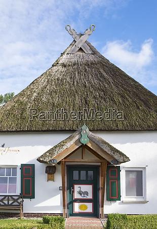 deutschland bresewitz einfamilienhaus mit reetdach