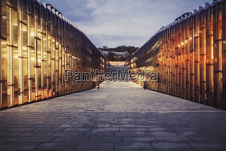 illuminated ewha womans university bei sonnenuntergang