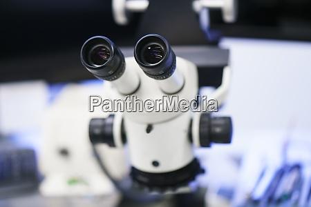nahaufnahme des weissen mikroskops im beleuchteten