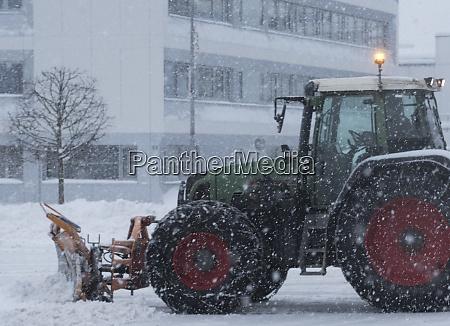 schneeraeumung auf dem parkplatz