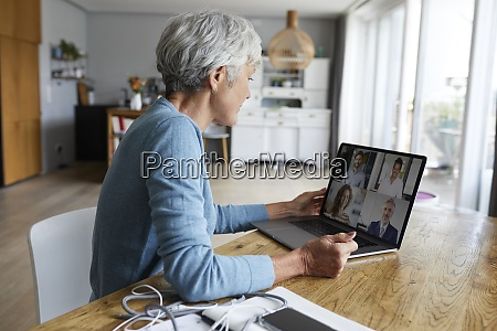 aktive seniorin bei der videokonferenz waehrend