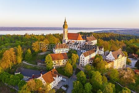 deutschland bayern andechs drohnenansicht des klosters