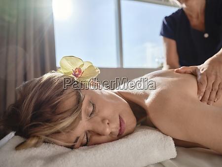 reife frau gibt zurueck massage zu