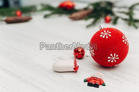 weihnachtsdekorationen auf einem weissen holztisch mit