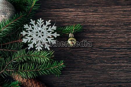 weihnachtsbaum zweizweige und schneeflocken auf einem