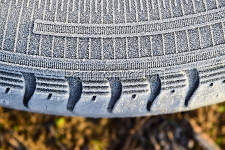 hoarfrost auf einem gummireifenrad