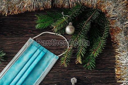 weihnachtsbaum zweige und maske auf einem