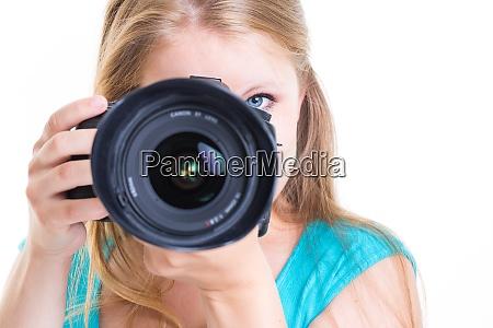 huebsche fotografin mit ihrer digitalkamera farbfarbenes