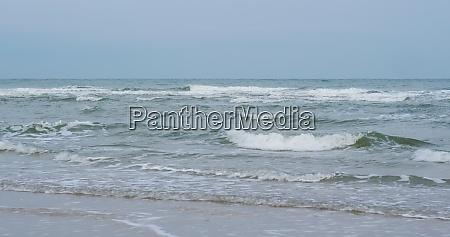 wellen brechen am tropischen sandstrand